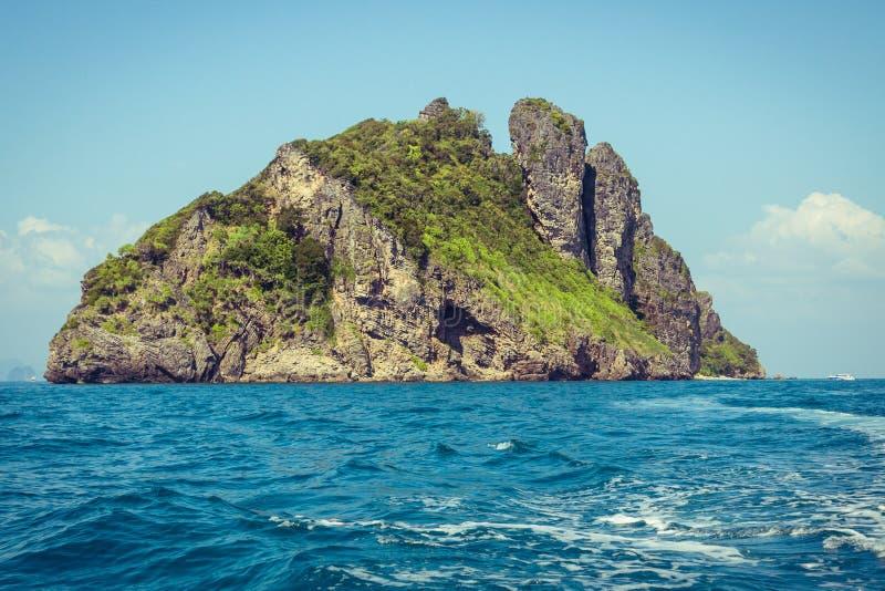 峭壁和清楚的海有一条小船的在发埃发埃海岛附近南部的 免版税库存图片