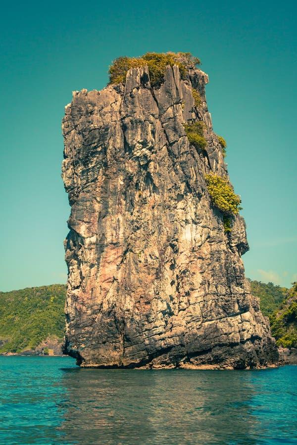峭壁和清楚的海有一条小船的在发埃发埃海岛附近南部的 库存图片