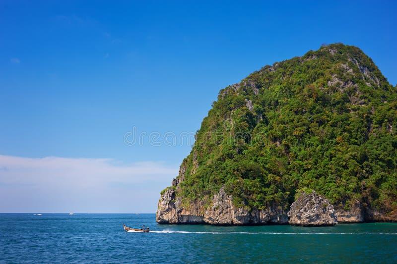 峭壁和清楚的海有长尾巴的在发埃发埃海岛附近泰国的南部的 免版税库存图片
