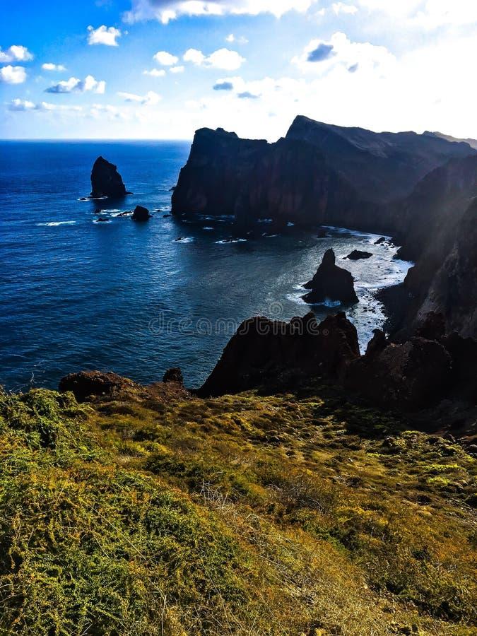 峭壁在有海的马德拉岛 免版税库存图片