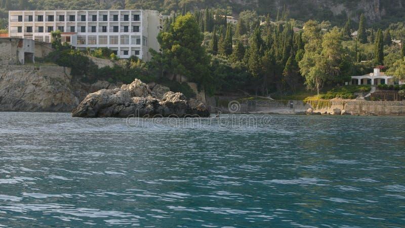 峭壁在海运 免版税库存照片