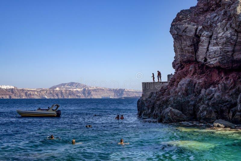 峭壁潜水和游泳在圣托里尼Oia Amoudi/Ammoudi海湾 免版税库存图片