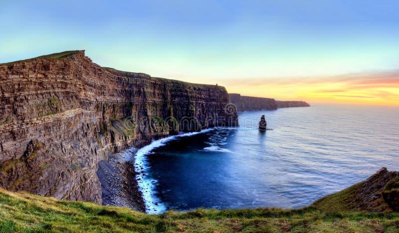 峭壁爱尔兰moher日落 库存图片
