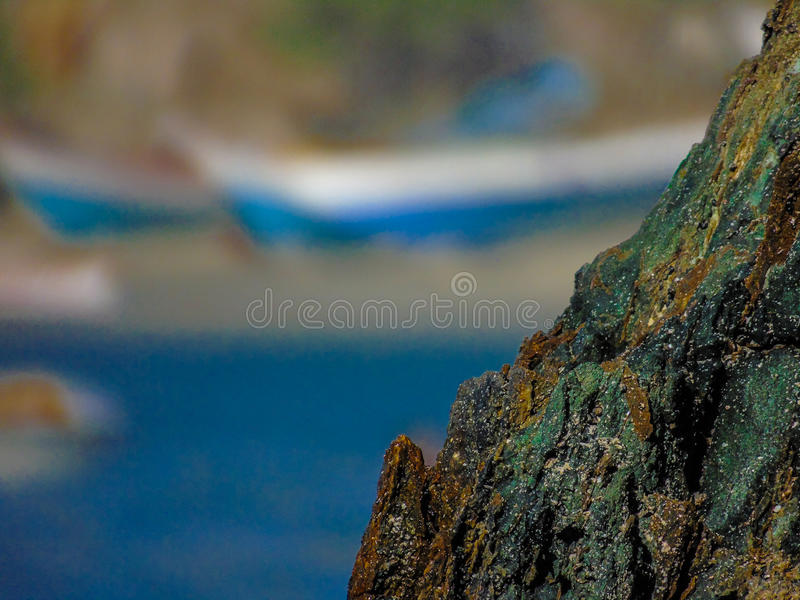 从峭壁的一个岩石在岸 免版税库存图片