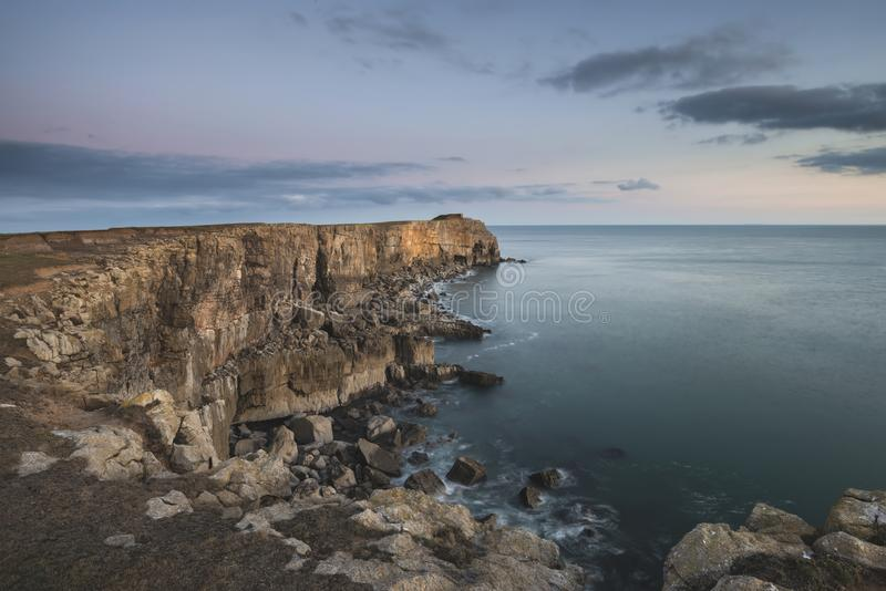 峭壁的惊人的风景图象在圣加文` s头附近的在Pem 免版税图库摄影