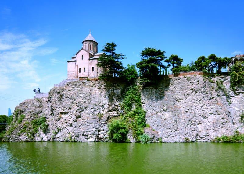 峭壁的Metekhi教会在库那河上在第比利斯 免版税库存图片