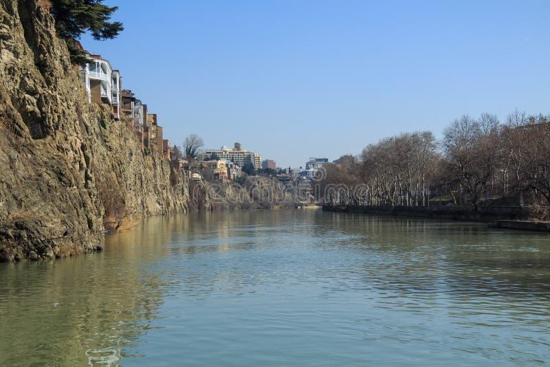 峭壁边缘的议院在河库纳河,第比利斯上的 库存图片