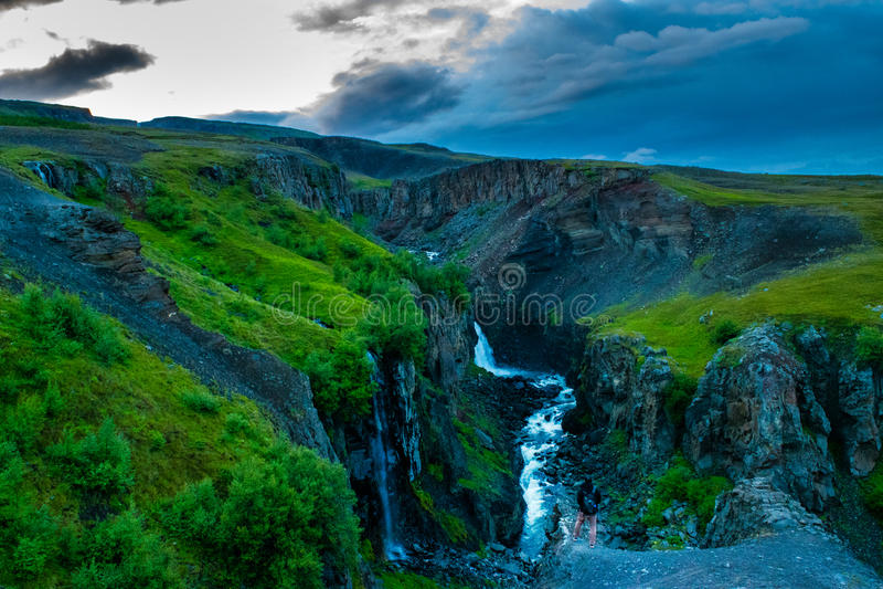 峭壁边缘的远足者在Skaftafell国家公园,冰岛 图库摄影