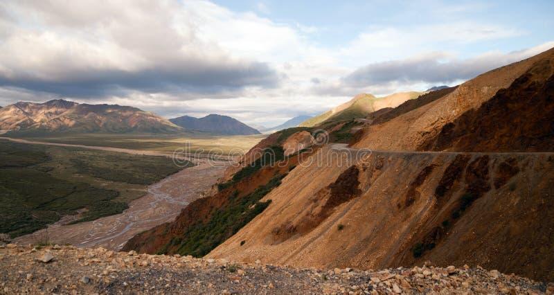 峰顶天空谷的公园路Denali国家公园 免版税库存照片