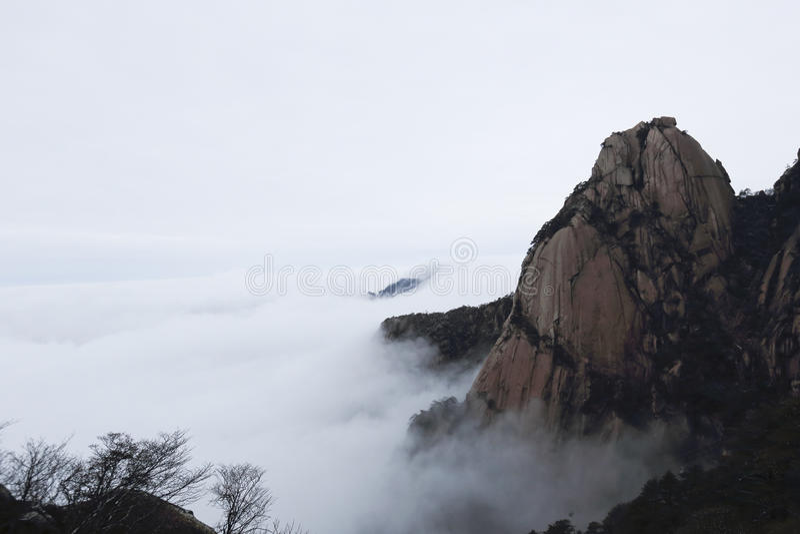 峰顶从云彩海出现 图库摄影