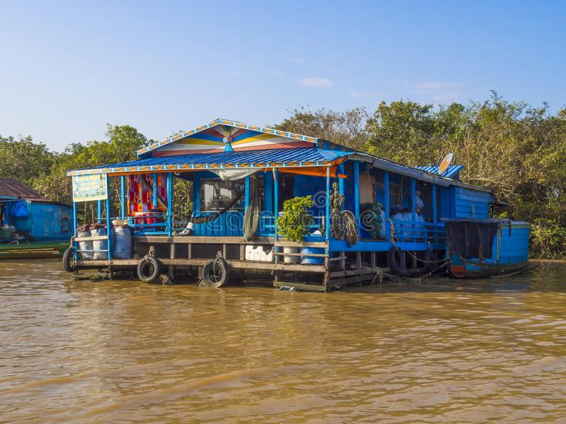 崇公Kneas -柬埔寨,五颜六色的浮动村庄 免版税库存照片