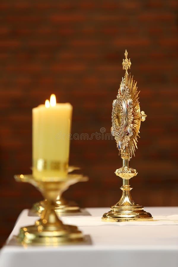 崇拜的圣体匣在天主教会仪式 图库摄影