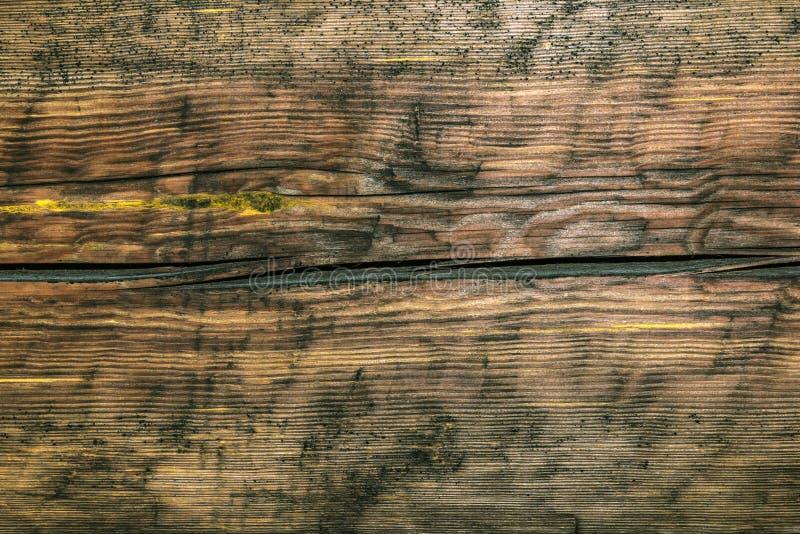 崩裂的葡萄酒,黑暗的木表面 免版税库存图片
