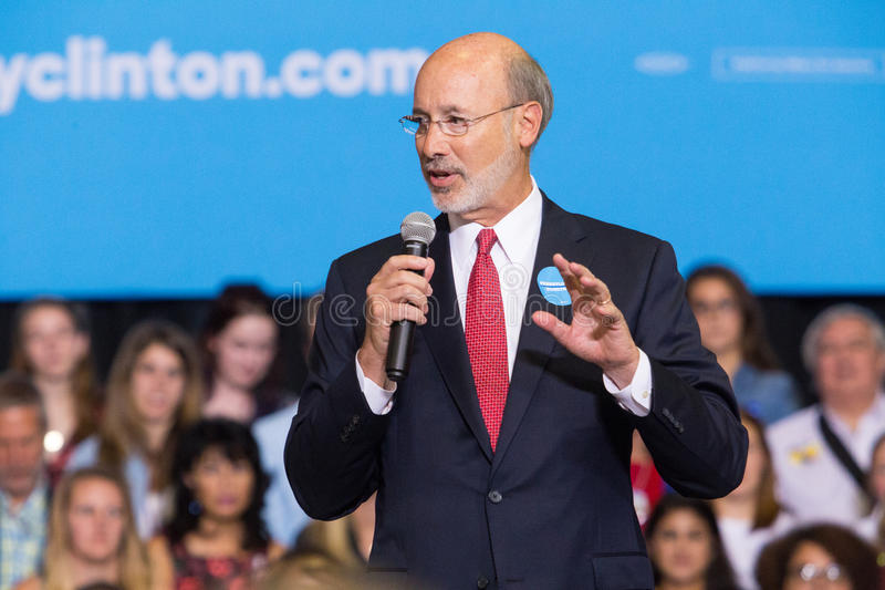 州长汤姆狼讲话在政治集会 免版税库存照片
