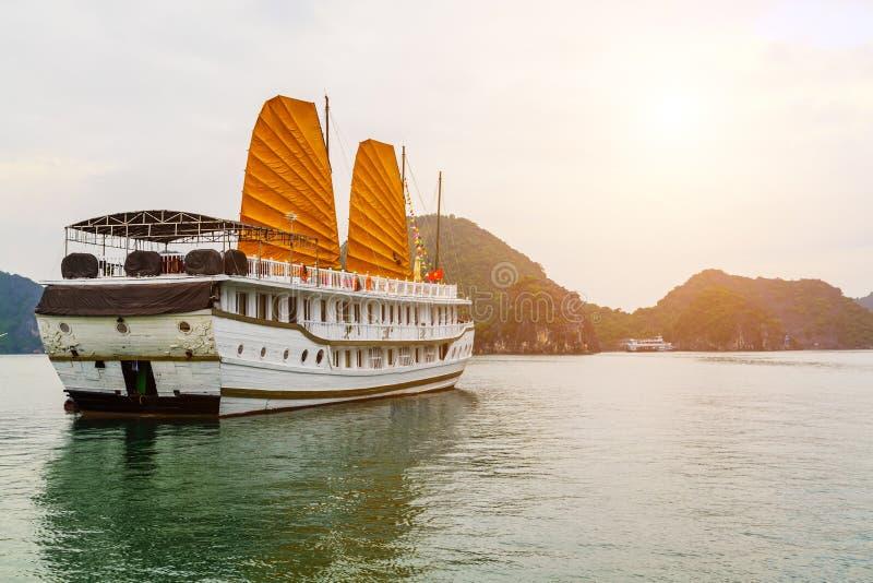 巡航传统船木破烂物金黄航行下龙湾,越南联合国科教文组织世界遗产名录站点 库存图片