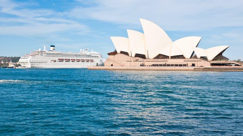 巡航划线员和悉尼歌剧院,歌剧院非凡形状  库存图片