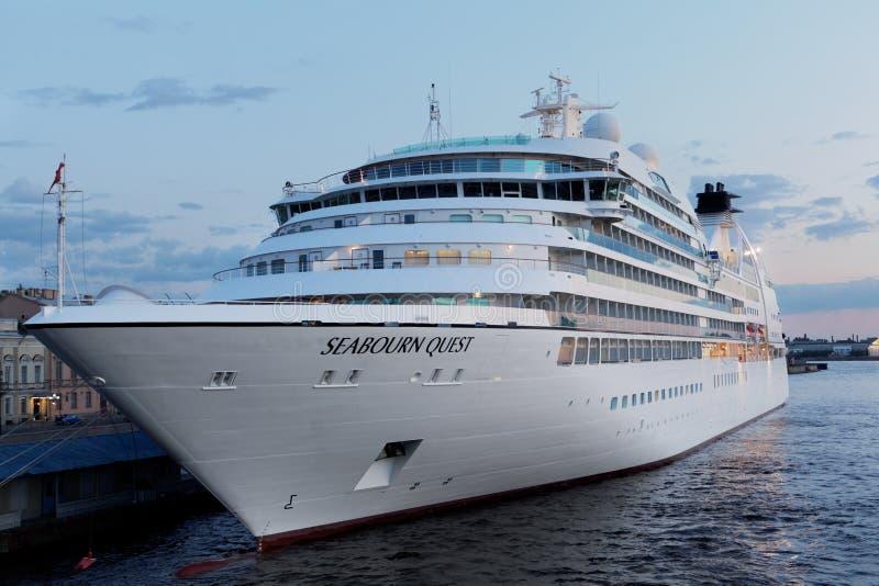 巡航划线员Seabourn搜寻在圣彼德堡,俄罗斯停泊了 免版税库存照片
