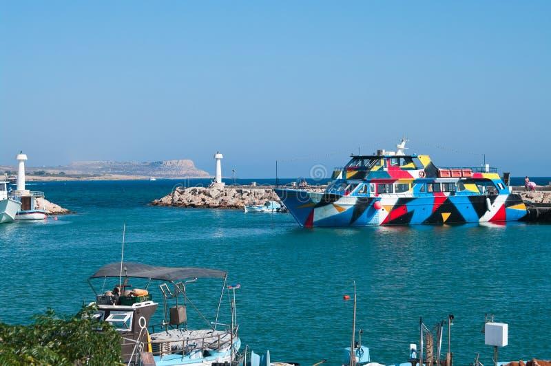 巡航和帆船在Agia-Napa港口 库存图片