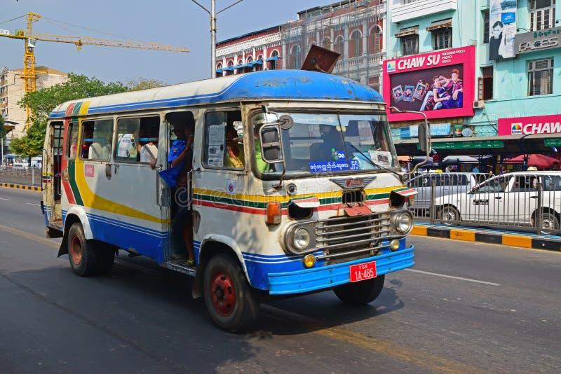 巡航在路的小矮小的微型公共汽车在仰光,缅甸 库存照片