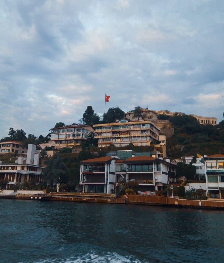巡航在Bosphorus - Ortakoy附近 库存照片