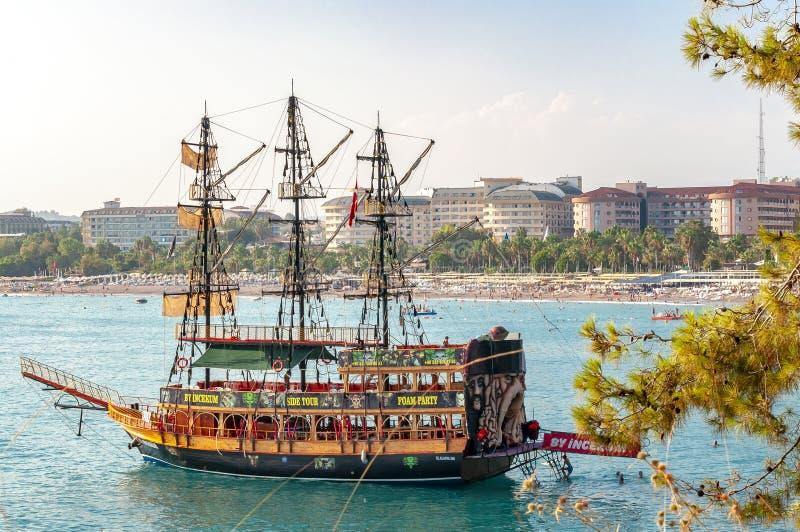 巡航沿土耳其海边的海盗船航行 免版税库存图片