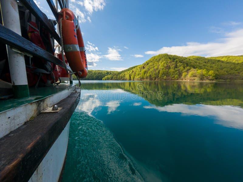 巡航沿湖的小船侧视图从上面水 免版税库存照片