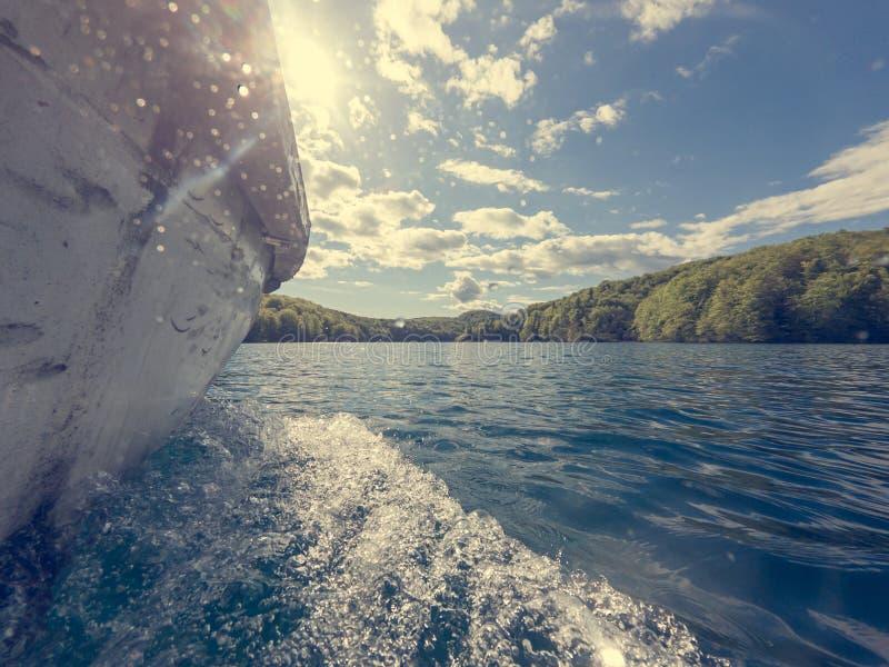 巡航沿湖的小船侧视图从上面水 库存图片