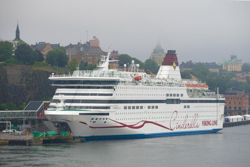 巡航海轮渡北欧海盗灰姑娘关闭在8月有雾的下午,斯德哥尔摩,瑞典 库存图片