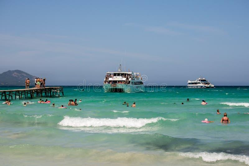 巡航游览船到达对Playa de穆罗角海滩在Alcudia 免版税库存图片