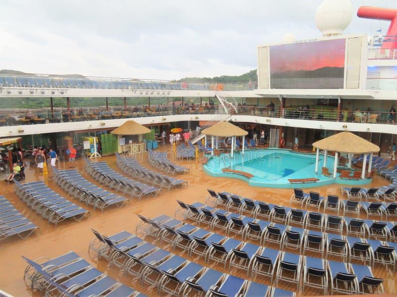 巡航狂欢节不可思议的游轮- 11/29/17的加勒比-轻便折叠躺椅和游泳池周围在狂欢节魔术 库存照片