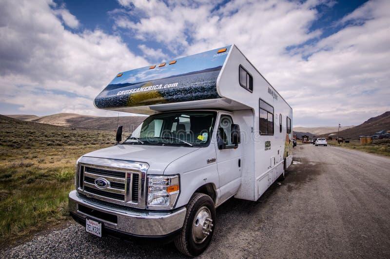 巡航美国RV游乐车在Bodie鬼城停放 这些汽车是出租的 库存图片