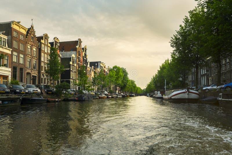 巡航通过运河在阿姆斯特丹,荷兰 库存照片