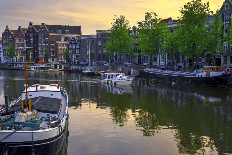 巡航通过运河在阿姆斯特丹,荷兰 库存图片