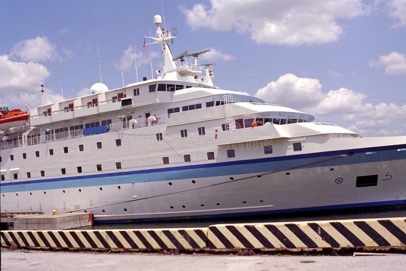 巡航靠了码头远征佛罗里达端口船坦&# 图库摄影