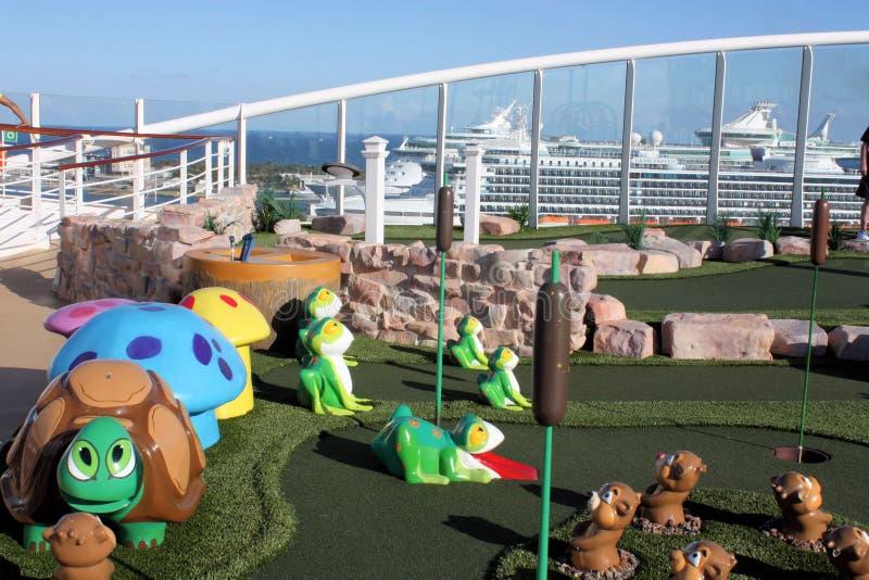 巡航高尔夫球微型绿洲海运船 免版税库存照片