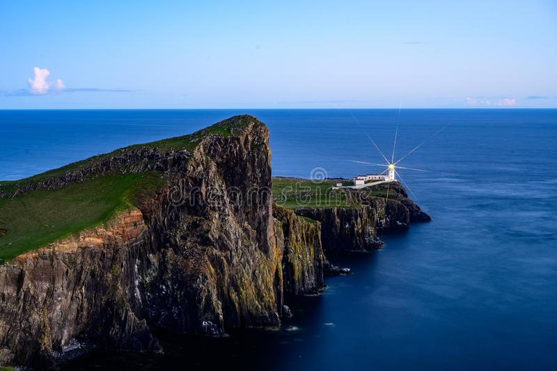巢点灯塔在斯凯海岛在蓝色小时,苏格兰风景 库存照片