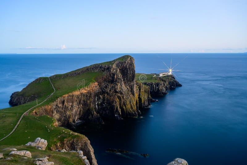 巢点灯塔在斯凯海岛在蓝色小时,苏格兰风景 库存图片