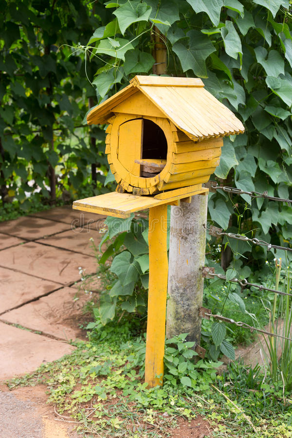 Download 巢鸟木头在庭院里 库存图片. 图片 包括有 工厂, 五颜六色, 容器, 颜色, 嵌套, 土气, 棚车, 庭院 - 62528123