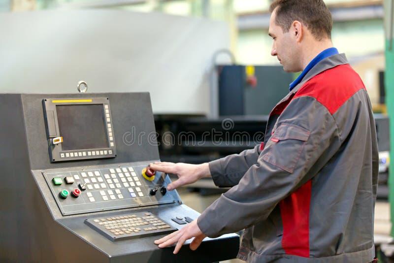 工业人工作者运行的车间机器 免版税库存照片