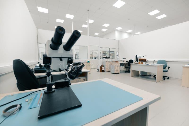 工业光学显微镜 电子线路板质量管理的工作场所  库存图片