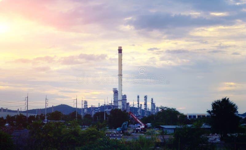 工业化学制品或石油化学制品在日落背景 库存图片