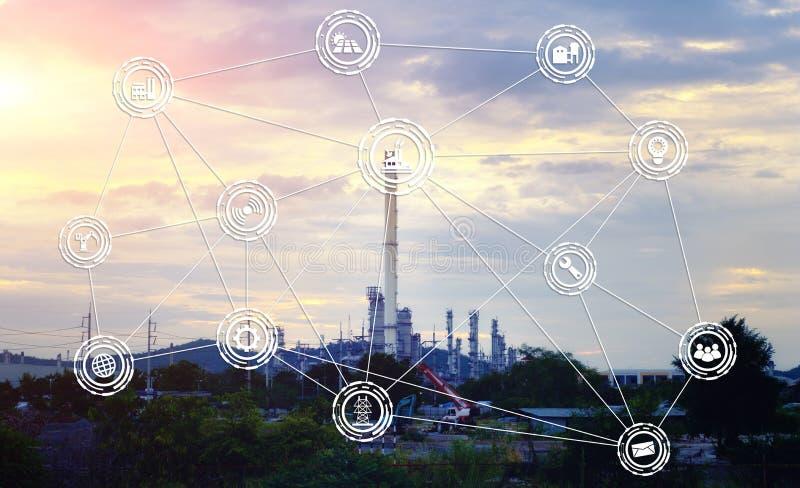 工业化学制品或石油化学制品在日落背景 免版税库存图片
