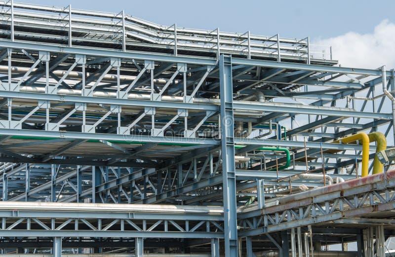 工业区、钢管道和缆绳在工厂 免版税图库摄影