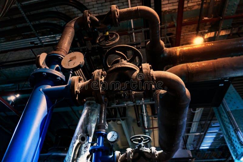 工业区、钢管道和设备 免版税库存照片