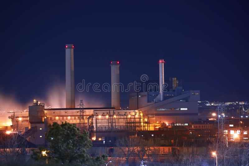 工业区在晚上 库存照片