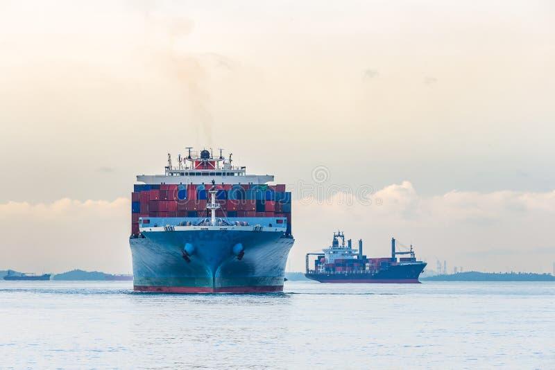 工业口岸集装箱船 免版税库存图片