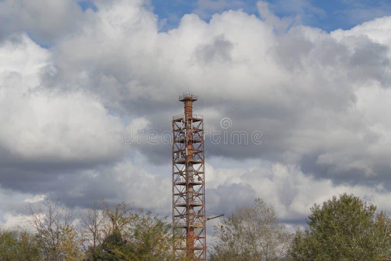 工业塔和设备电信网络在多云天空设置了 库存图片