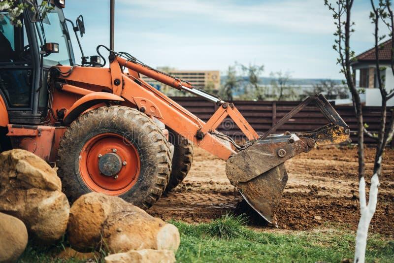 工业推土机细节-与在建造场所的土壤一起使用 图库摄影