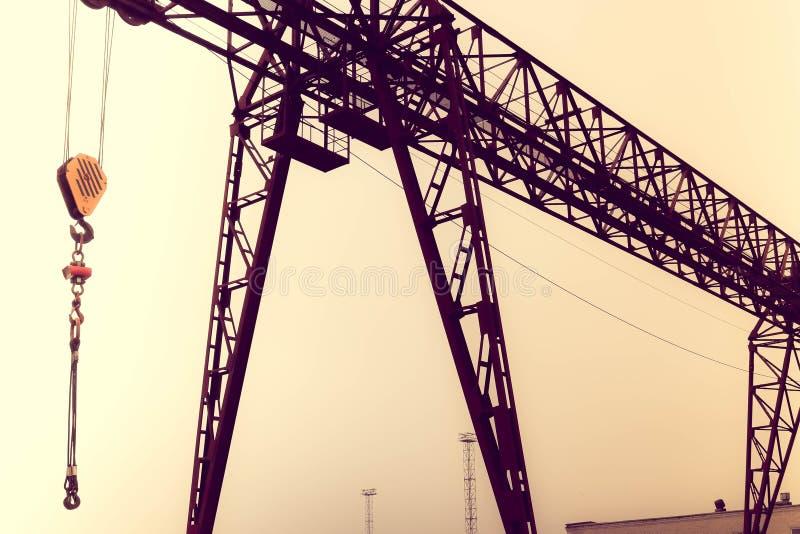工业有勾子的铁大金属桥式起重机在支持登上了举和运载重的货物 库存照片