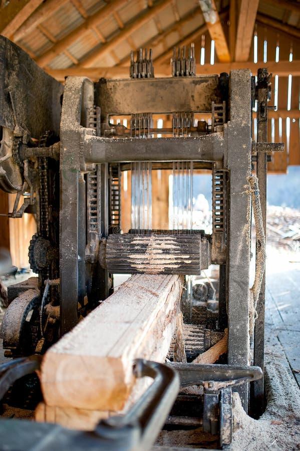 工业木工厂-工业锯 免版税库存照片